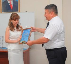 Б.Х.Данияров вручает диплом