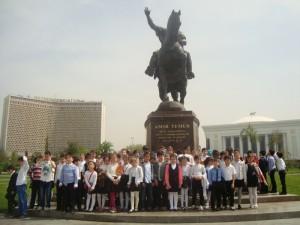 у памятника Амира Темура