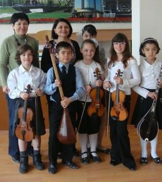 Педагоги и учащиеся детской школы музыки и искусств №1 им.Т. Садикова после концерта в школе №142