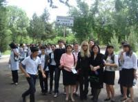 Ученики школы №142 во главе с директором и завучами в парке Навои